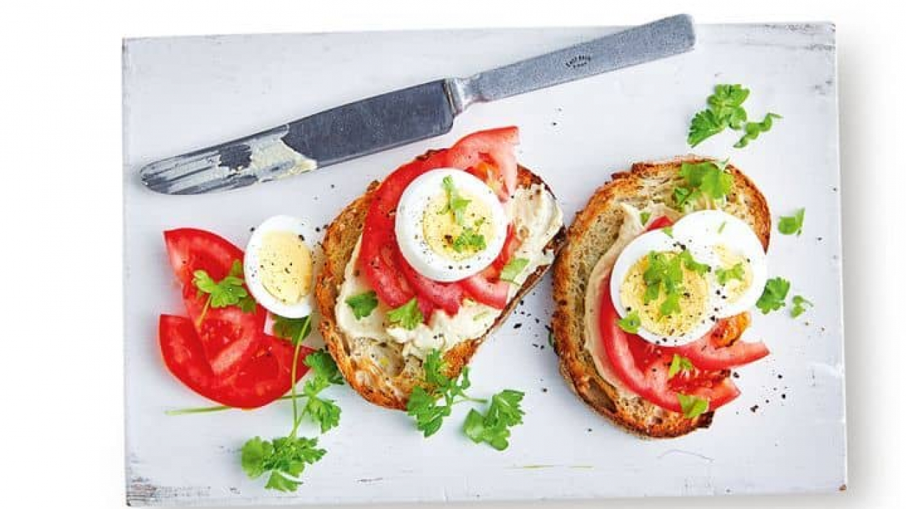 tomato-with-hummus-tomato-boiled-egg-145043-1